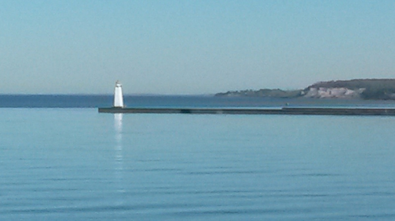 Lighthouse and blulffs (800x449)